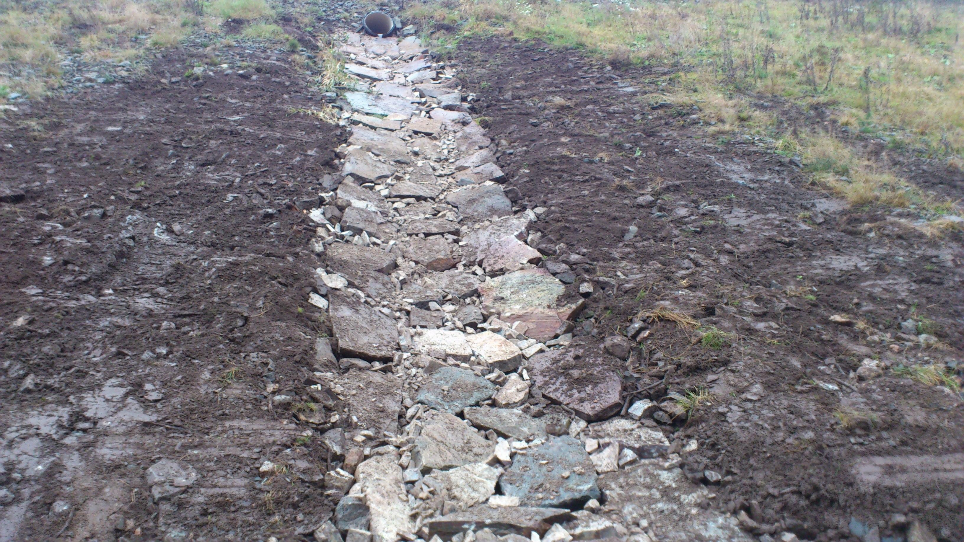 Steinsatt grøft